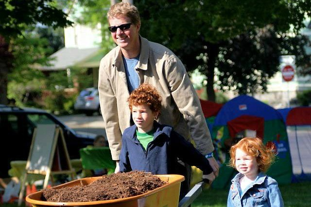 Family helps Friends of Grand Rapids Parks plant trees