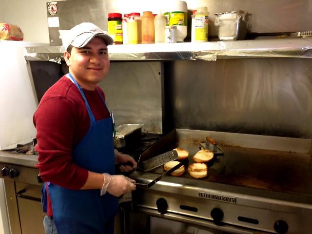 Humberto Alvarez, el dueño, preparando el pan por las tortas.