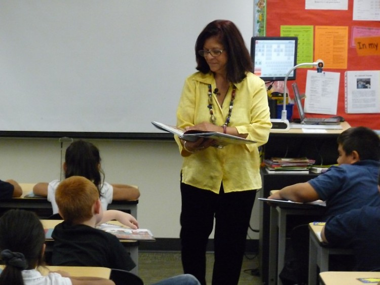 Zulema Moret reads to 2nd graders.