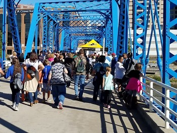 Friday the 29th and Saturday the 30th, crowds on the Blue Bridge were continuous.
