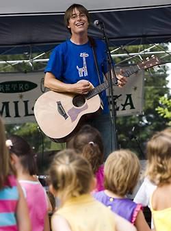 Justin Roberts live performance (2009)
