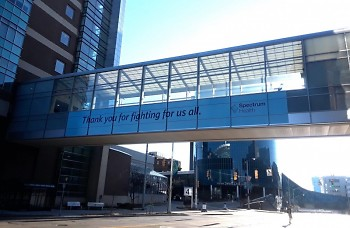 Spectrum Health hospital shares a thank you message to healthcare workers along its skywalk in Grand Rapids, MI.